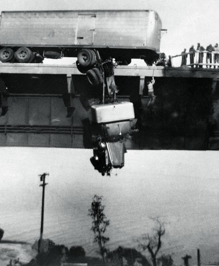 Фото №1 - История одной фотографии: спасение повисших водителей, 1953 год