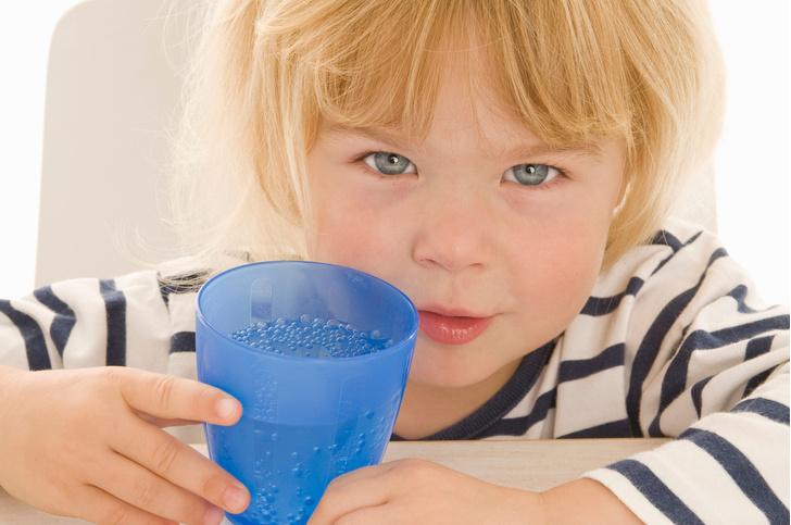 Фото №1 - 8 причин, почему нужно научить ребенка пить воду