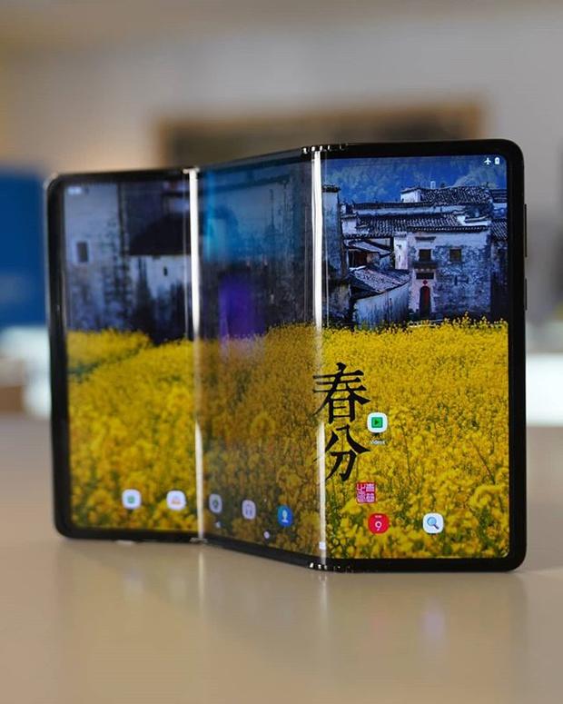 Фото №1 - Представлен прототип смартфона, который складывается втрое