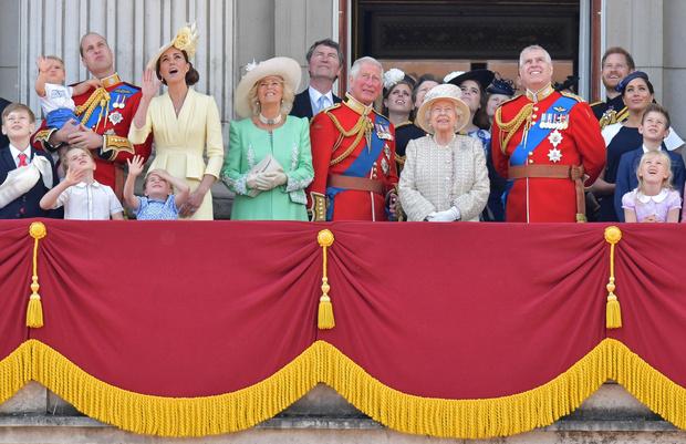 Фото №2 - Мир? Елизавета II приглашает Гарри и Меган на юбилей