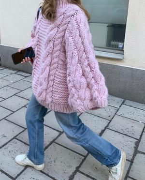 Фото №3 - Объемный шерстяной свитер, как у Матильды Джерф,— модная и удобная альтернатива верхней одежде