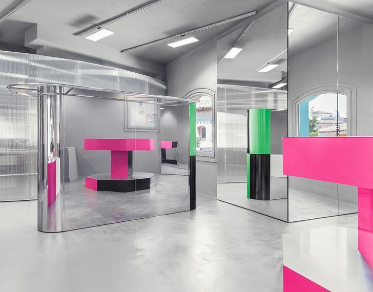 Фото №1 - «Металлический» бутик с яркими цветными деталями на Сардинии