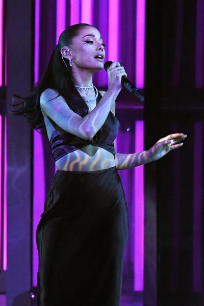 Фото №2 - Наряд, который меняет цвет: аутфит на выпускной как у Арианы Гранде на iHR Music Awards