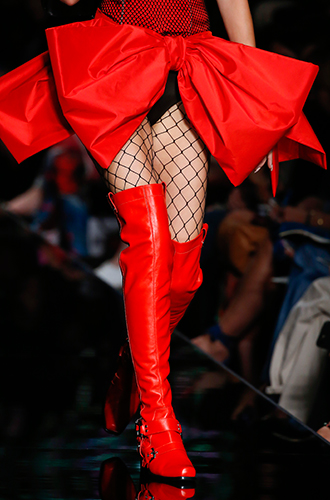 Фото №5 - Стразы, ботфорты и колготки в сеточку: как в моду входит все то, что раньше считалось безвкусицей