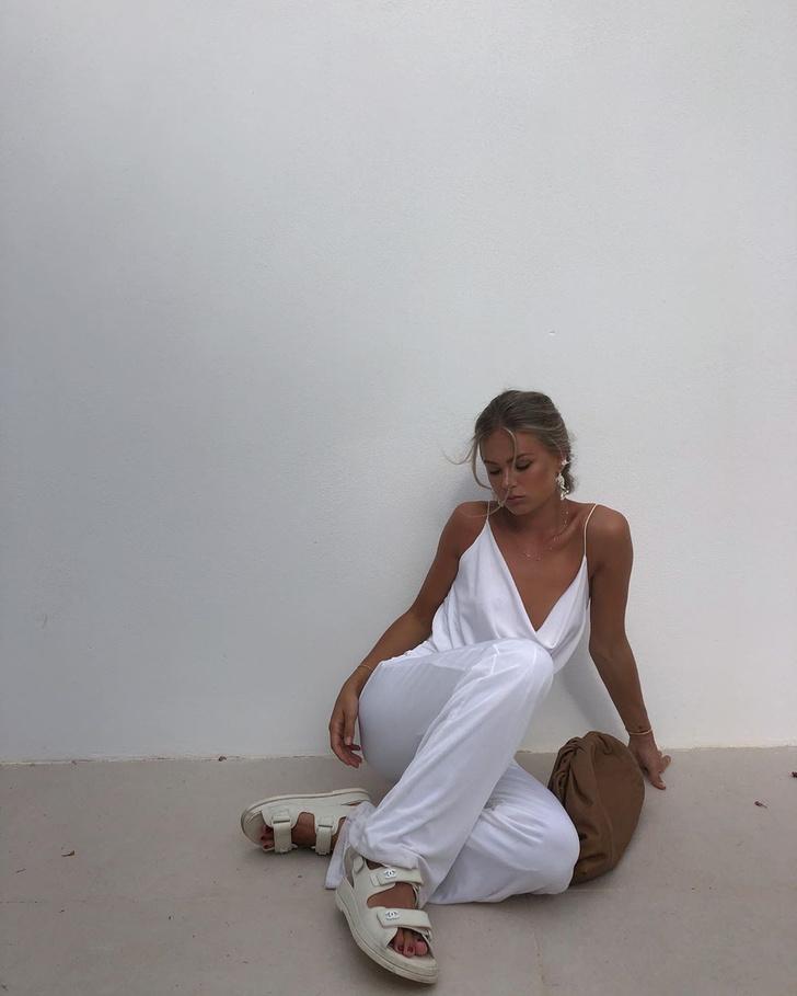 Фото №1 - Инфлюенсер Ханна Шонберг в белом костюме и самых модных сандалиях сезона