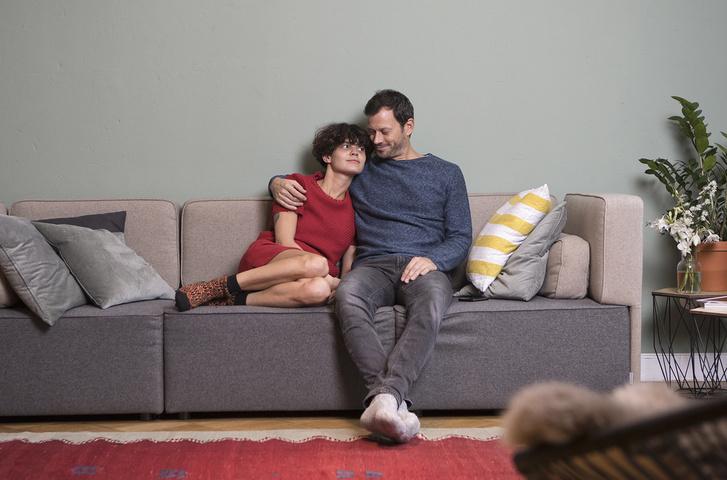 Фото №5 - Самые популярные позы для сидения на диване с девушкой и что они значат
