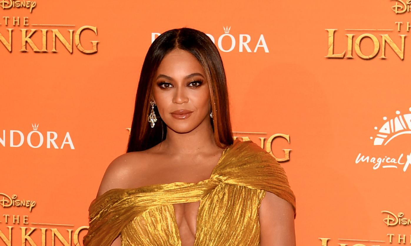 Бейонсе сверкнула целлюлитом в золотом платье