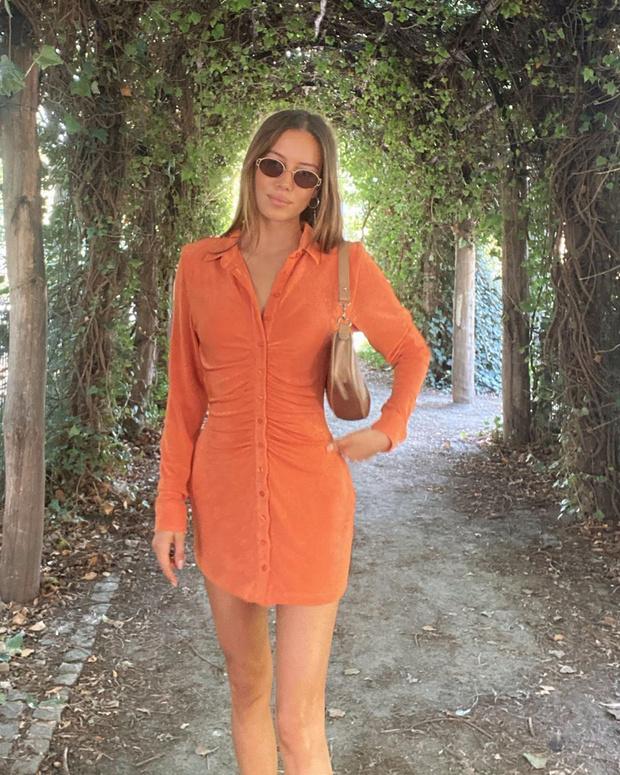Фото №1 - Подруга Брэда Питта Николь Потуральски в коротком оранжевом платье для незабываемого свидания