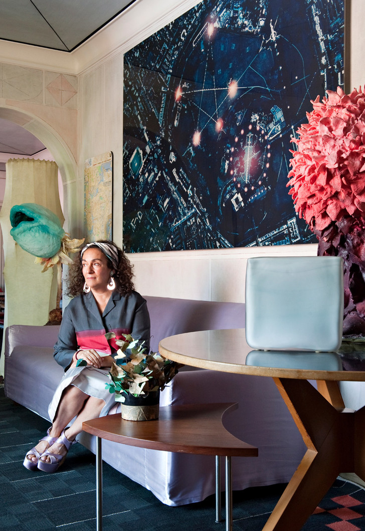 Нина Яшар в своей гостиной.