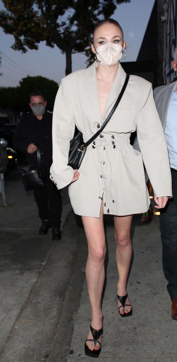 Фото №3 - Платье или пиджак? Софи Тернер показала бесконечно длинные ноги во время свидания с мужем