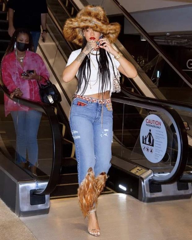 Фото №1 - Винтажные джинсы с перьями за 15 тысяч долларов, которые носит Рианна. Плюс— огромная меховая шляпа