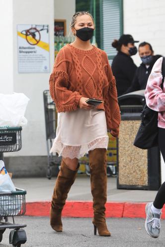 Фото №2 - Объемный свитер + атласная комбинация: самое актуальное сочетание показывает Крисси Тейген