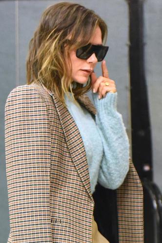 Фото №2 - Новый тренд? Виктория Бекхэм надела свитер в катышках