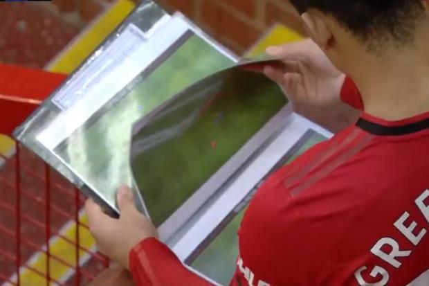 Фото №1 - Форвард по ходу матча АПЛ ненароком засветил тактические схемы своего клуба (видео)