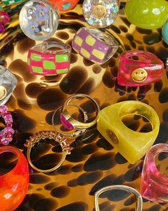 Фото №5 - Самый летний тренд: как носить пластиковые кольца, как у Беллы Хадид и Дуа Липы