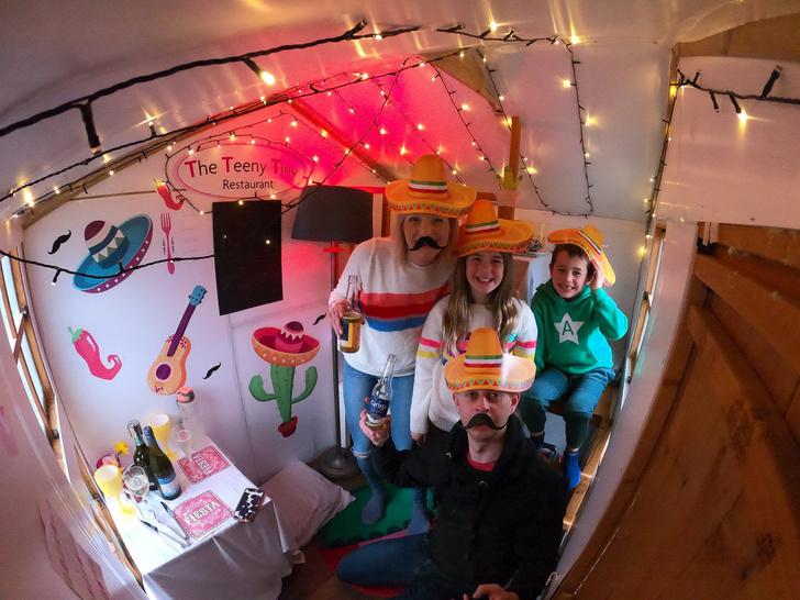 Фото №3 - Семья построила дома аналог «Макдоналдса», чтобы занять детей на карантине (фото и видео)