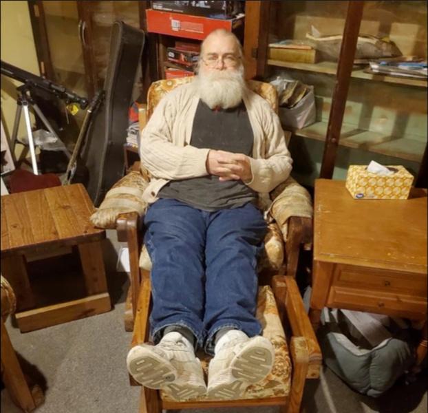 Фото №2 - Мужчина купил с рук старый диван и вот что нашел внутри