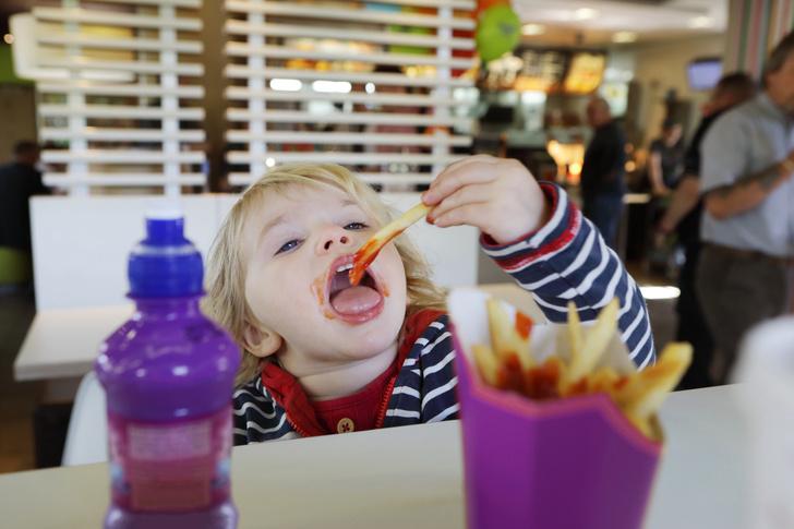 Фото №1 - Неожиданно: эксперты рассказали, как фастфуд влияет на психику ребенка