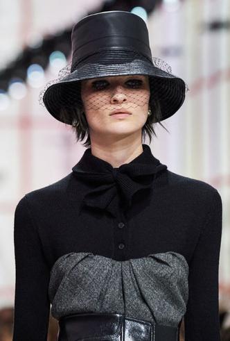 Фото №22 - Пушистые шляпы, ушанки и бейсболки без козырька: самые модные головные уборы сезона