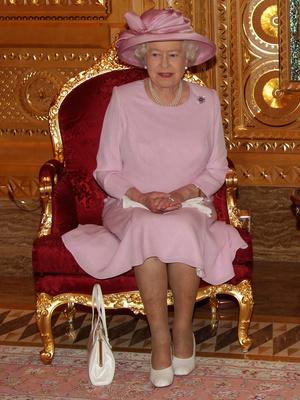 Фото №5 - Модный протокол: почему королевские особы носят сумки только в руках