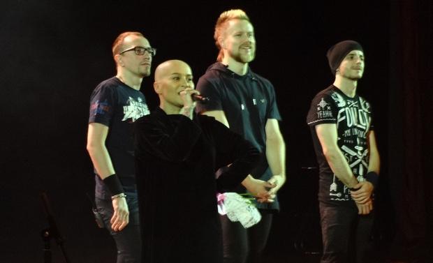 Наргиз Закирова и ее музыканты во время выступления в Красноярске