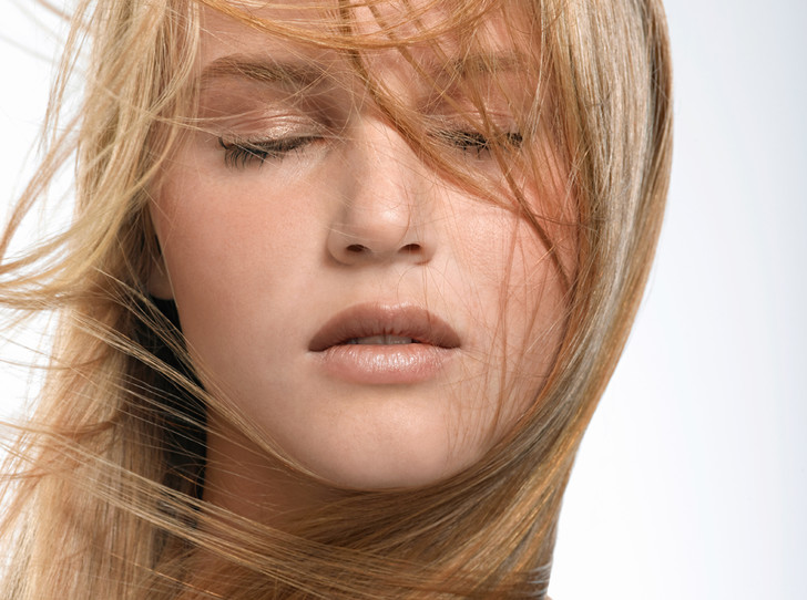 Фото №1 - Окутать вуалью: 13 роскошных и «универсальных» мистов для волос