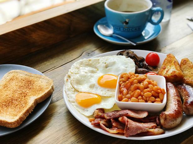 Фото №2 - Как готовить традиционный английский завтрак: рецепт с историей (и без овсянки)