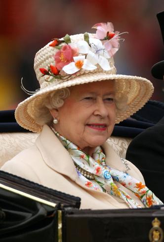Фото №34 - Делайте ставки, господа: шляпки Королевы на Royal Ascot