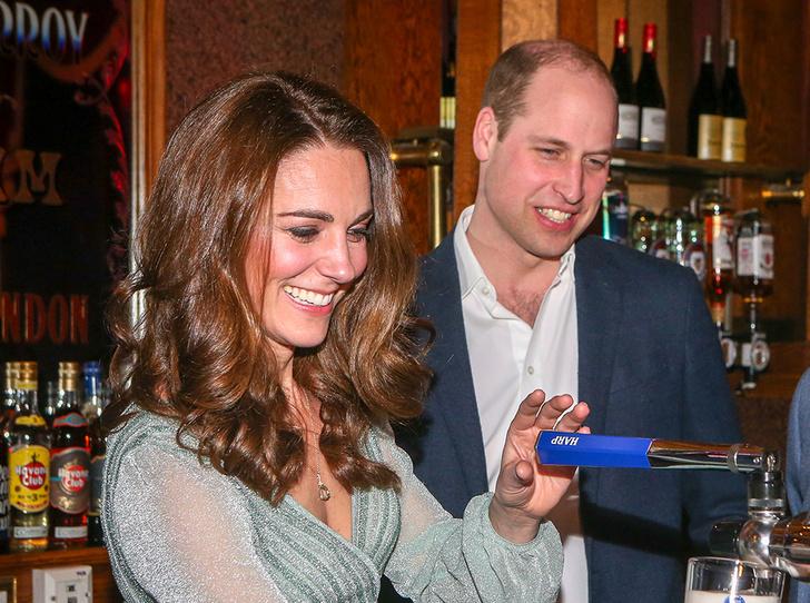 Фото №4 - Герцогиня-бармен: Кэтрин Кембриджская в необычном амплуа на концерте в Белфасте