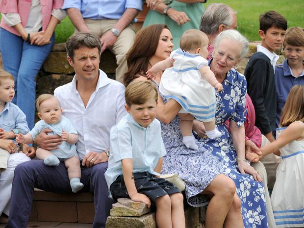 Фото №26 - Самые трогательные фотографии королевских бабушек и дедушек с внуками