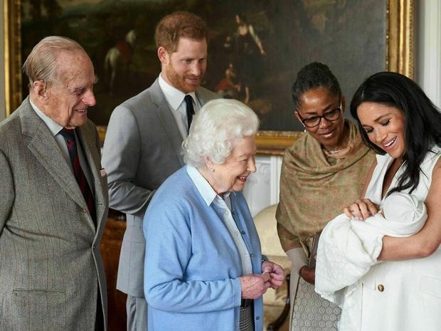 Фото №3 - И вновь нарушили протокол: как принц Гарри и Меган Маркл ввели всех в заблуждение по поводу рождения сына