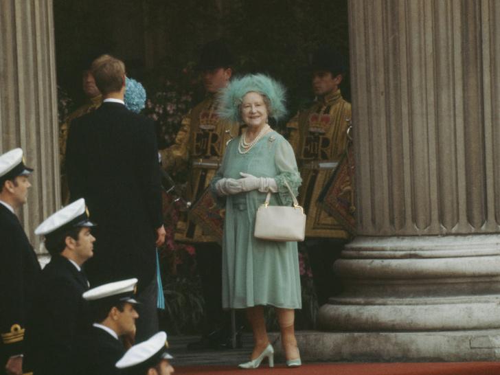 Фото №3 - Самые необычные и странные свадебные шляпки королевской семьи