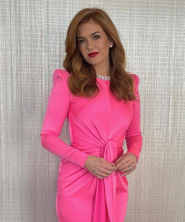 Хит сезона: Айла Фишер в ярко-розовом платье Alex Perry на церемонии «Золотой глобус— 2021»