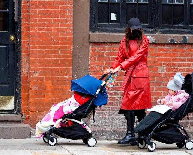 Фото №2 - Шейк надела на прогулку с дочкой плащ за 150 000 рублей