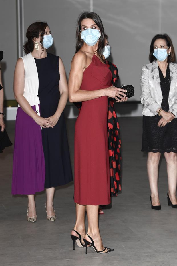 Фото №3 - Образцовое платье-футляр и «голые» туфли: королева Летиция вновь ставит на красное