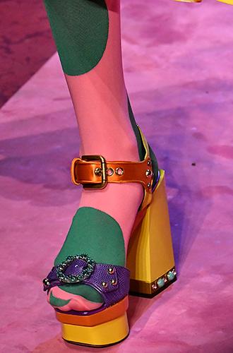 Фото №20 - Стразы, ботфорты и колготки в сеточку: как в моду входит все то, что раньше считалось безвкусицей