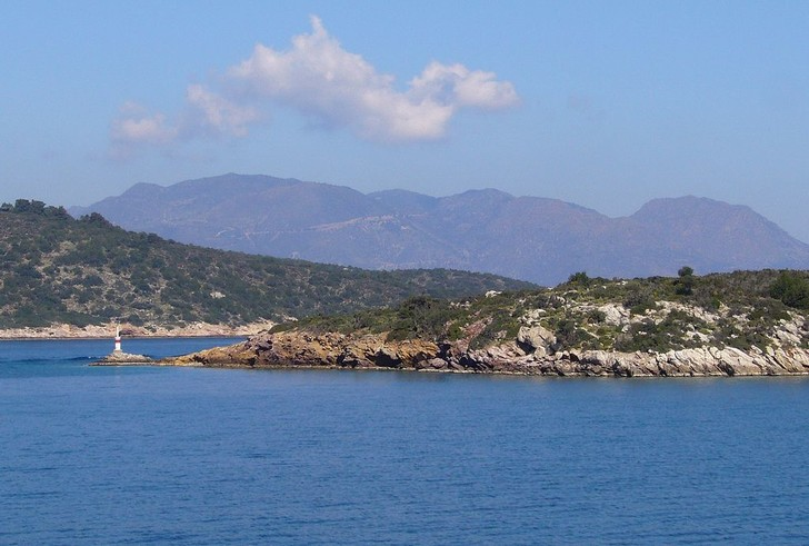 Фото №1 - В Эгейском море устраняют последствия разлива нефти