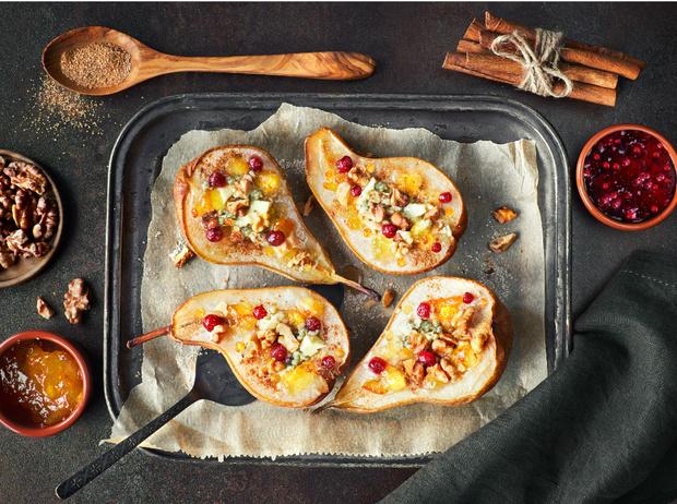 Фото №7 - Рецепт недели: запеченный сыр Фурм-д'Амбер с грушами и креветками