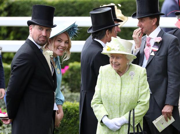 Фото №2 - Как Королева отреагировала на развод своего старшего внука
