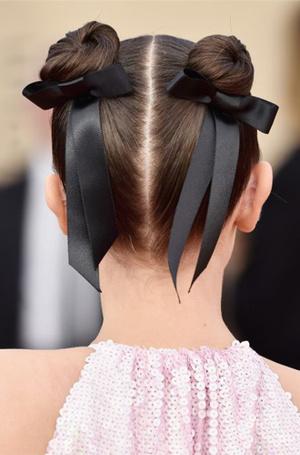 Фото №38 - Заколки, ободки и резинки: самые модные украшения для волос нового сезона