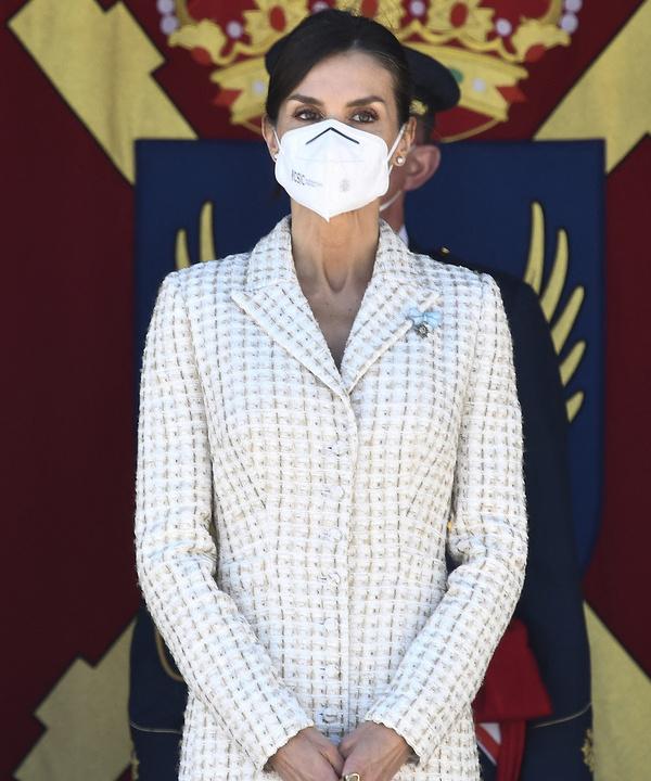 Величие и грация: королева Летиция в безупречном платье-футляре, которое стройнит