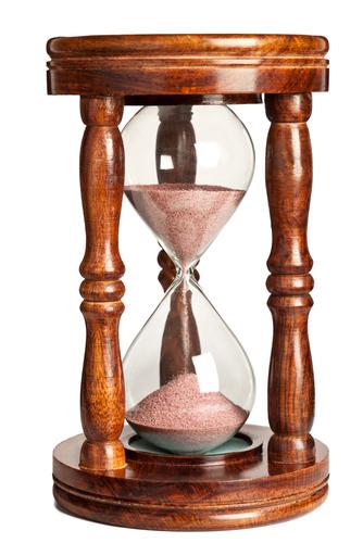 shutterstockПервое упоминание о песочных часах относится к средневековью. В 1339 году в Париже обнаружено описание подобных часов с содержимым в виде порошка из черного мрамора, вываренного в вине. Песочные часы благодаря удобству и простоте в применении быстро завоевали популярность в Европе. Их успешно использовали мореплаватели. Когда по небесным светилам нельзя было определить время, его узнавали при помощи таких «счетчиков времени». На российских судах их называли «склянками». Каждые полчаса, при переворачивании «склянки», били в колокол. Отсюда, собственно, и пошло выражение — «бить склянки».