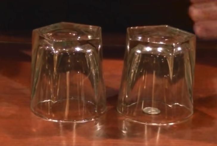 Фото №2 - Несложный фокус: достать монетку из-под стакана