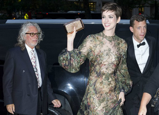 Фото №2 - Энн Хэтэуэй пойдет под венец в платье от Valentino