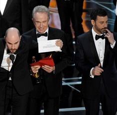 Кто виноват? 3 версии конфуза с конвертом на «Оскаре»