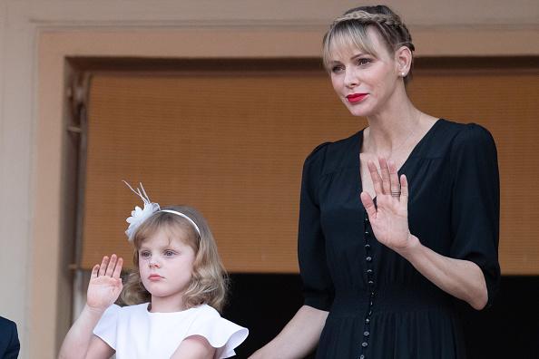 Фото №2 - Редкая челка и ярко-красная помада: новый образ принцессы Монако Шарлен