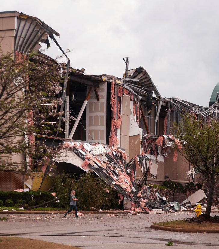 Фото №2 - По Арканзасу прошлось мощное торнадо, и местным жителям удалось снять видео из эпицентра