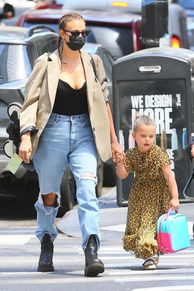 Фото №1 - Она точно модель? Шейк надела джинсы, которые делают бедра и попу огромными