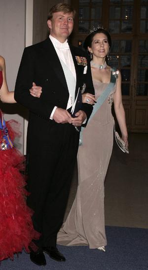 Фото №24 - 15 примеров, когда королевские особы надевали одно и то же вечернее платье несколько раз