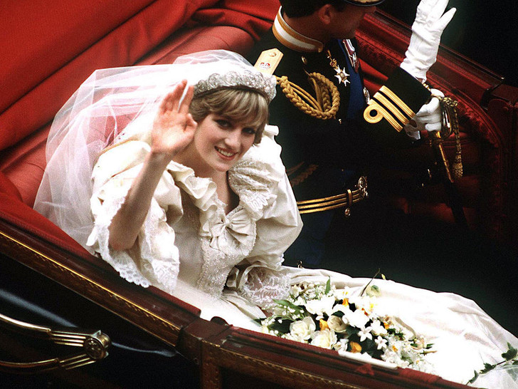 Фото №1 - Странные шутки Виндзоров и конфуз у алтаря: неизвестные факты о свадебном дне принцессы Дианы